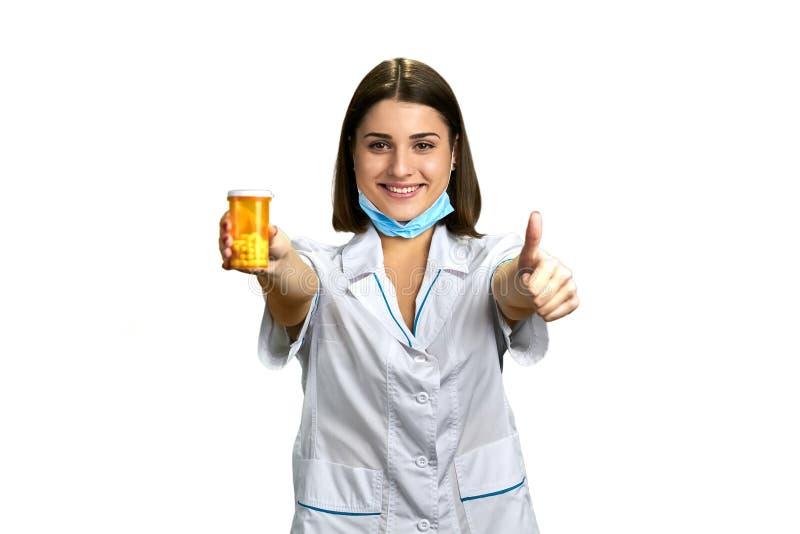 Doctor atractivo de la mujer con el pulgar para arriba fotografía de archivo libre de regalías