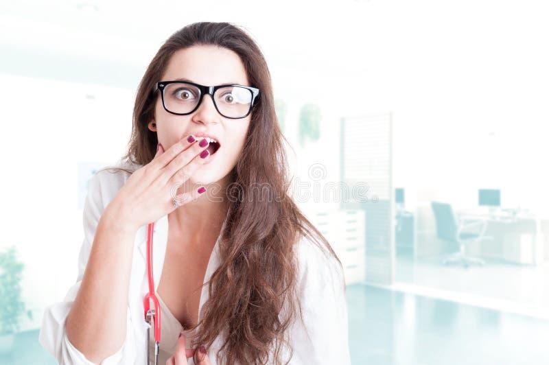 Doctor atractivo de la mujer que parece sorprendido imágenes de archivo libres de regalías