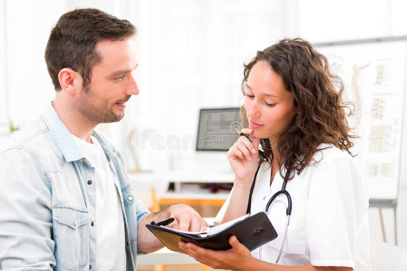 Doctor atractivo joven que fecha la cita siguiente fotos de archivo