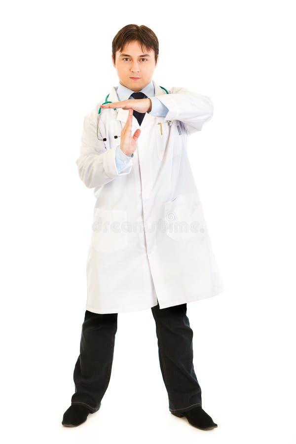 Doctor autoritario con los brazos hacia fuera cruzados del tiempo imagen de archivo libre de regalías