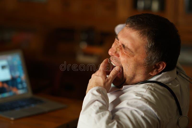 Doctor cansado que bosteza fotografía de archivo