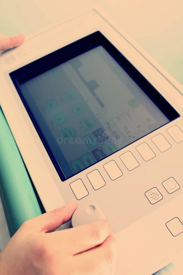 Doctor con el aparato médico imagenes de archivo