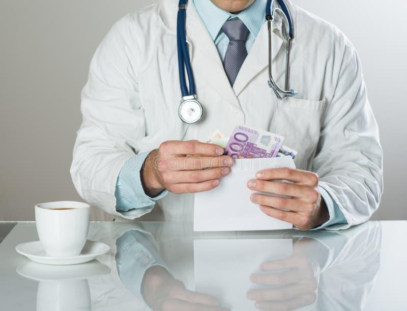 Doctor con el dinero fotos de archivo