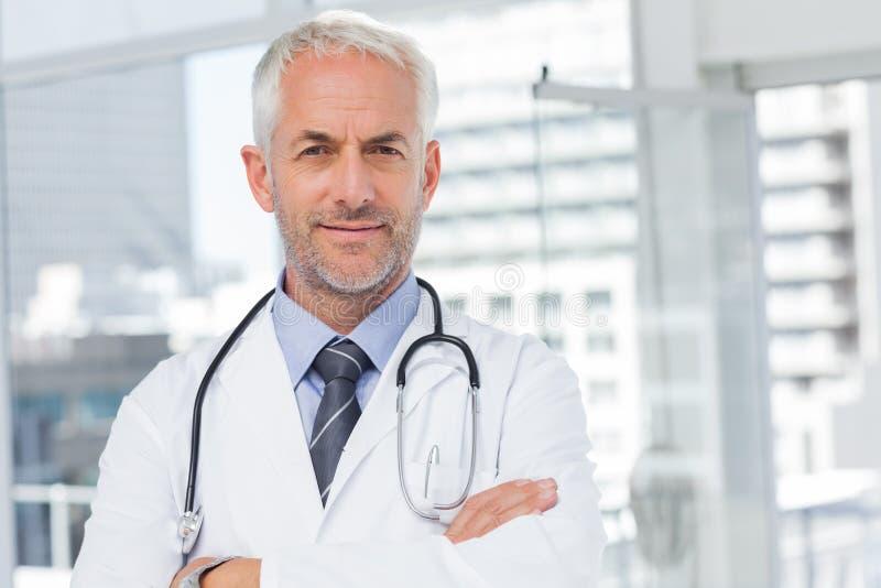 Doctor con el estetoscopio alrededor de su cuello imagenes de archivo
