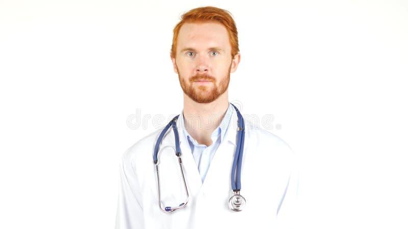 Doctor con el estetoscopio alrededor de su cuello que mira la cámara fotos de archivo