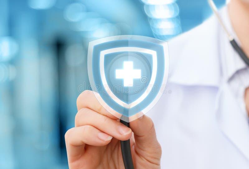 Doctor con el estetoscopio como la protección de la salud foto de archivo