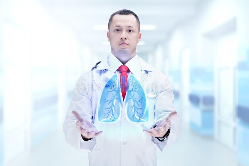 Doctor con el estetoscopio y los pulmones en las manos en un hospital De alta resolución imagen de archivo libre de regalías