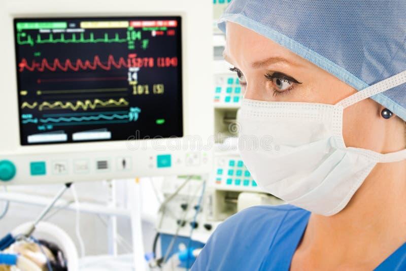 Doctor con el monitor de la vigilancia fotografía de archivo