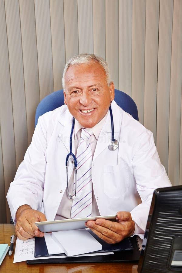 Doctor con el ordenador de la tableta fotografía de archivo libre de regalías