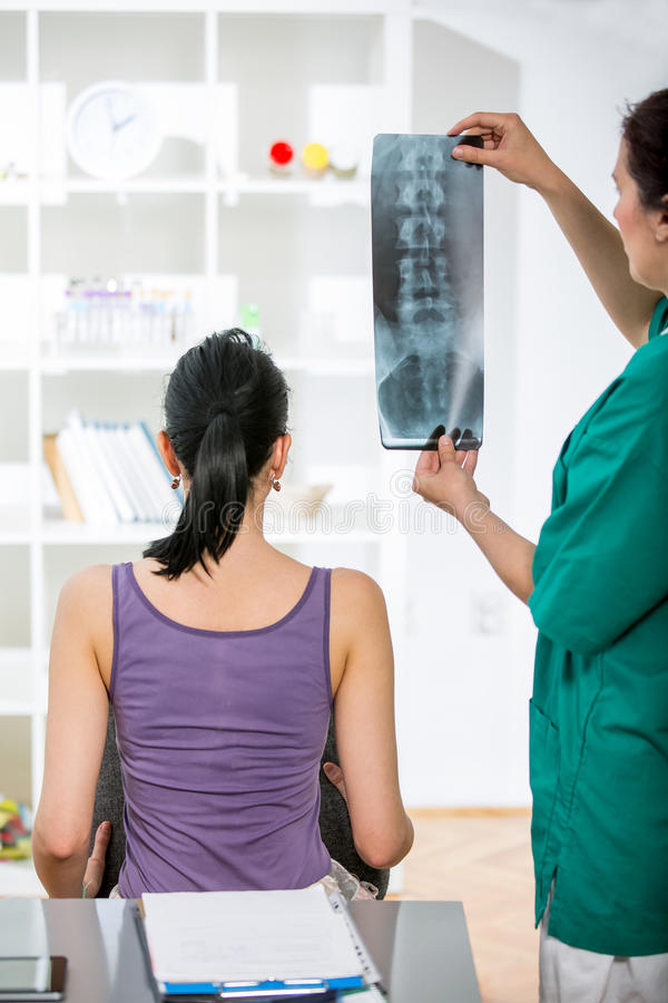 Doctor con el paciente que mira la radiografía imagen de archivo