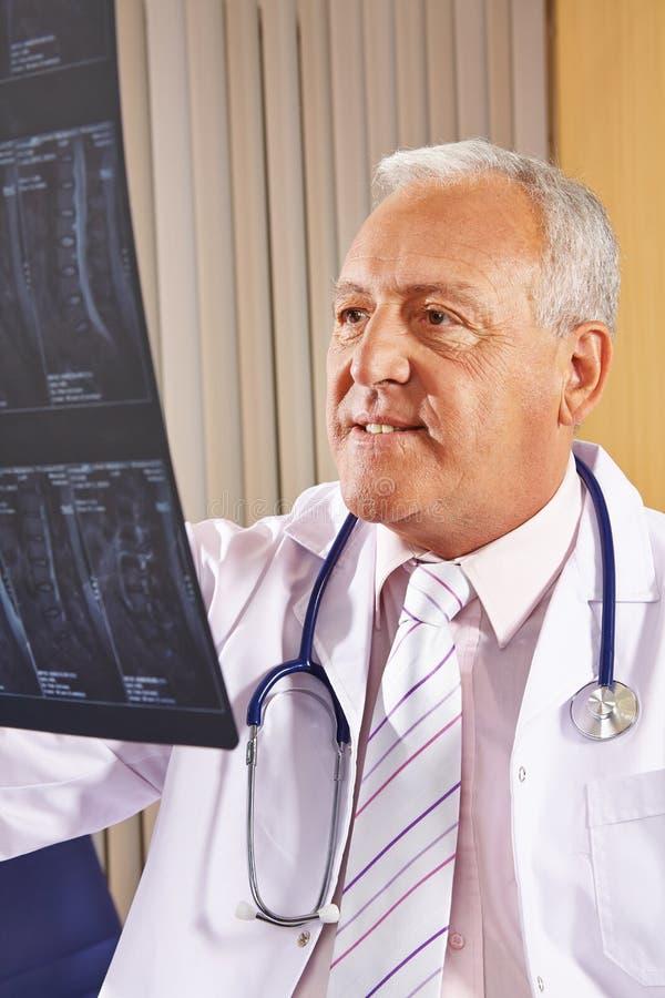 Doctor con imagen de la radiografía de la espina dorsal humana foto de archivo