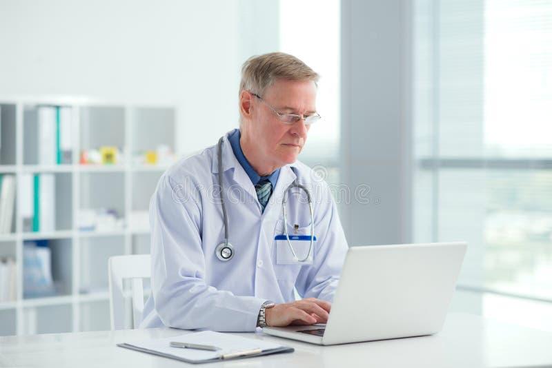 Doctor con la computadora portátil imágenes de archivo libres de regalías