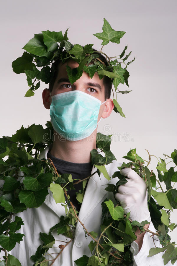 Doctor con la hierba del médico alrededor de él imágenes de archivo libres de regalías