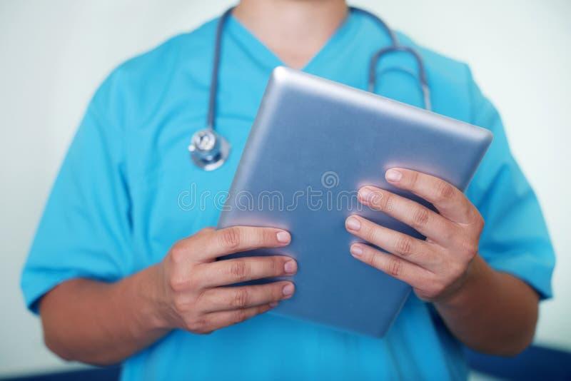 Doctor con la tablilla fotos de archivo libres de regalías
