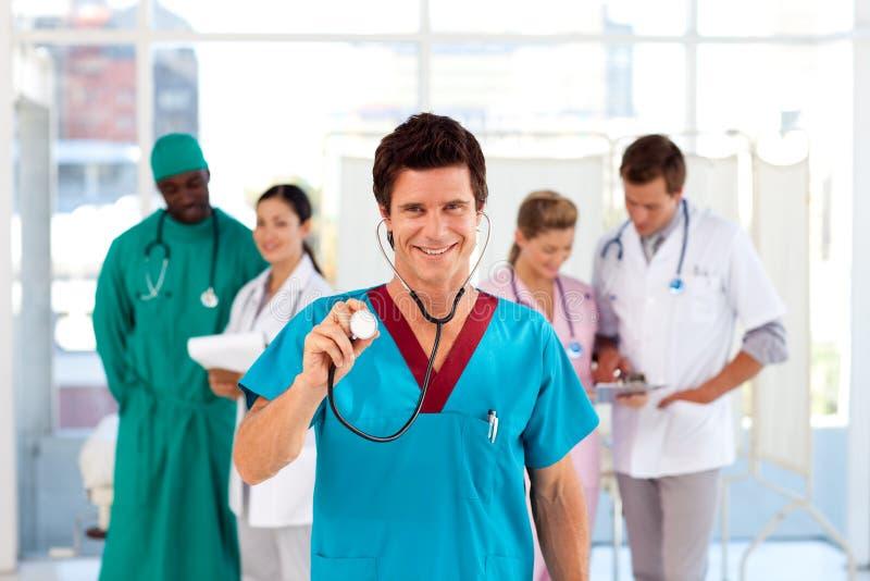Doctor con los colegas en el fondo fotografía de archivo libre de regalías