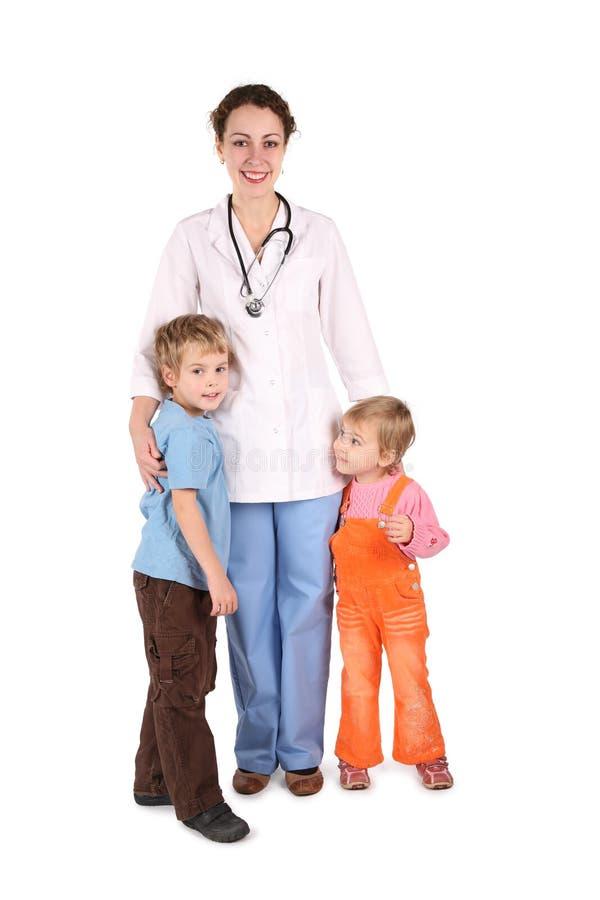 Doctor con los niños imagenes de archivo