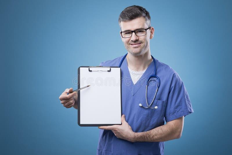Doctor confiado con el tablero foto de archivo libre de regalías