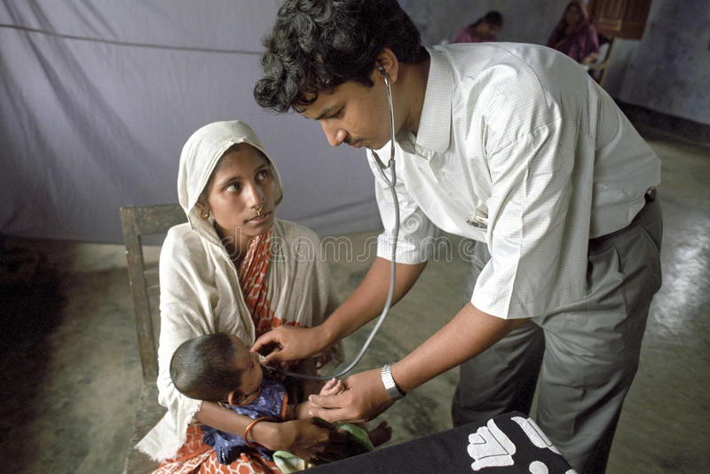 Doctor de Bangladesh que examina al niño joven imagen de archivo libre de regalías