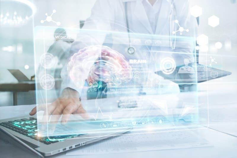 Doctor de la medicina en ordenador portátil conmovedor del cerebro e información médica foto de archivo libre de regalías
