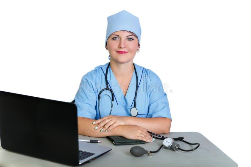 Doctor de la mujer con un estetoscopio en la tabla en el ordenador en un fondo blanco imagen de archivo libre de regalías