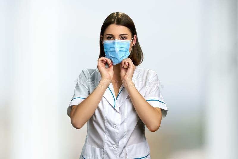 Doctor de la mujer en mascarilla quirúrgica fotos de archivo
