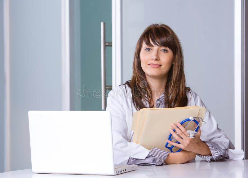 Doctor de la mujer en una oficina moderna imagen de archivo