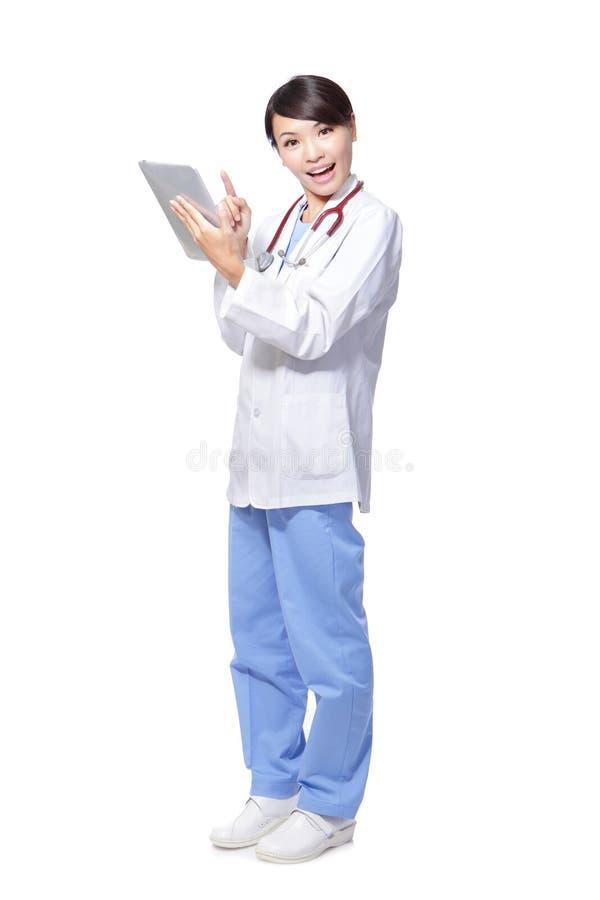 Doctor de la mujer feliz usando la PC de la tablilla fotografía de archivo