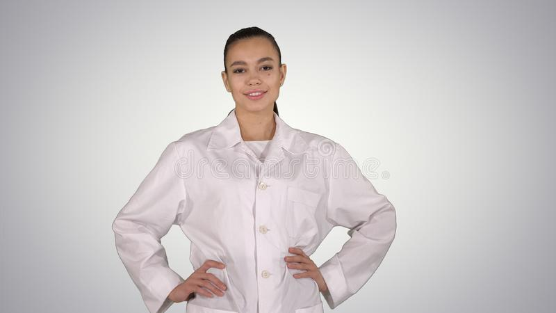 Doctor de la mujer que camina como modelo de moda en fondo de la pendiente imagen de archivo libre de regalías
