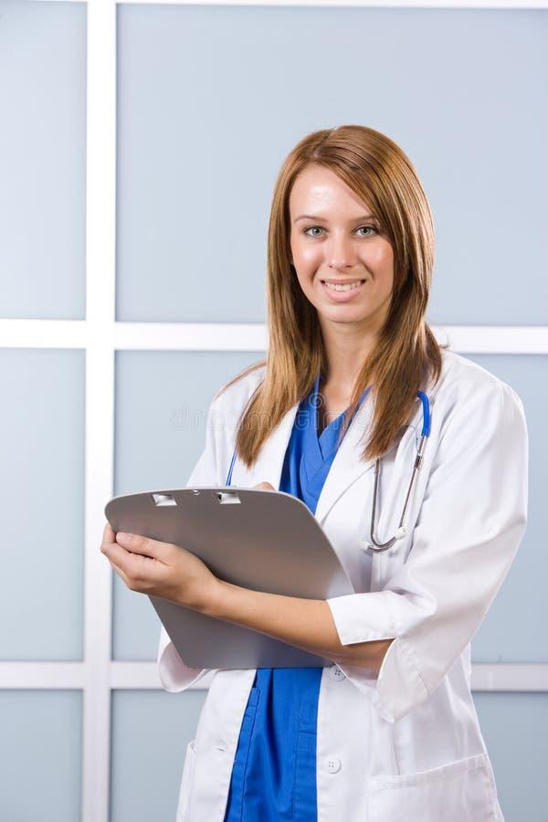 Doctor de la mujer que lleva a cabo una carta foto de archivo libre de regalías