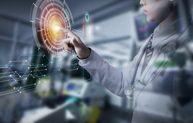 Doctor de la mujer que sostiene la mano y la pantalla táctil de medios digitales imagen de archivo libre de regalías