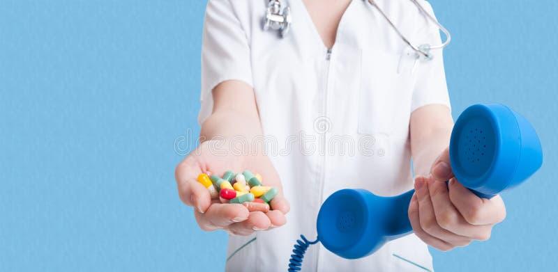Doctor de la mujer que sostiene píldoras en una mano fotos de archivo