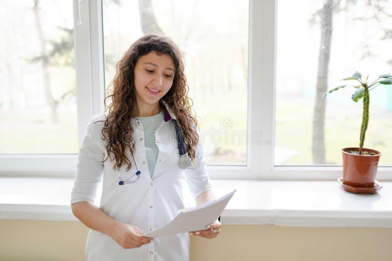 Doctor de la mujer que trabaja en la oficina del hospital Atenci?n sanitaria y servicio m?dicos del personal del doctor fotografía de archivo