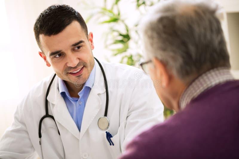 Doctor de la visita del viejo hombre, atención a los pacientes foto de archivo libre de regalías