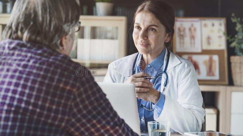 Doctor in de medische praktijk royalty-vrije stock foto