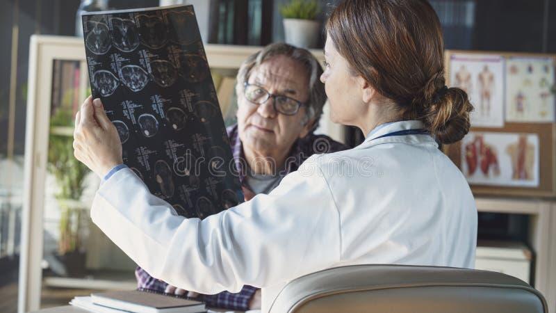 Doctor in de medische praktijk stock afbeelding