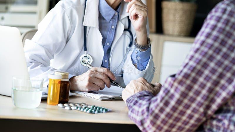 Doctor in de medische praktijk stock afbeeldingen