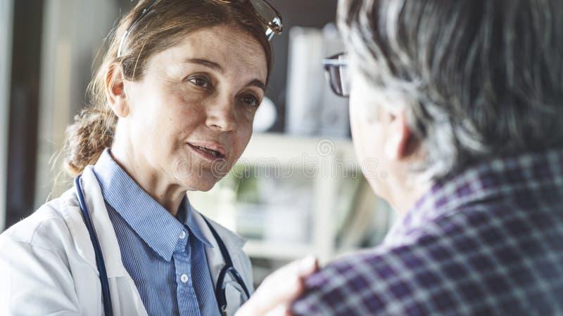 Doctor in de medische praktijk royalty-vrije stock afbeeldingen