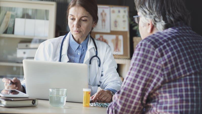 Doctor in de medische praktijk stock fotografie
