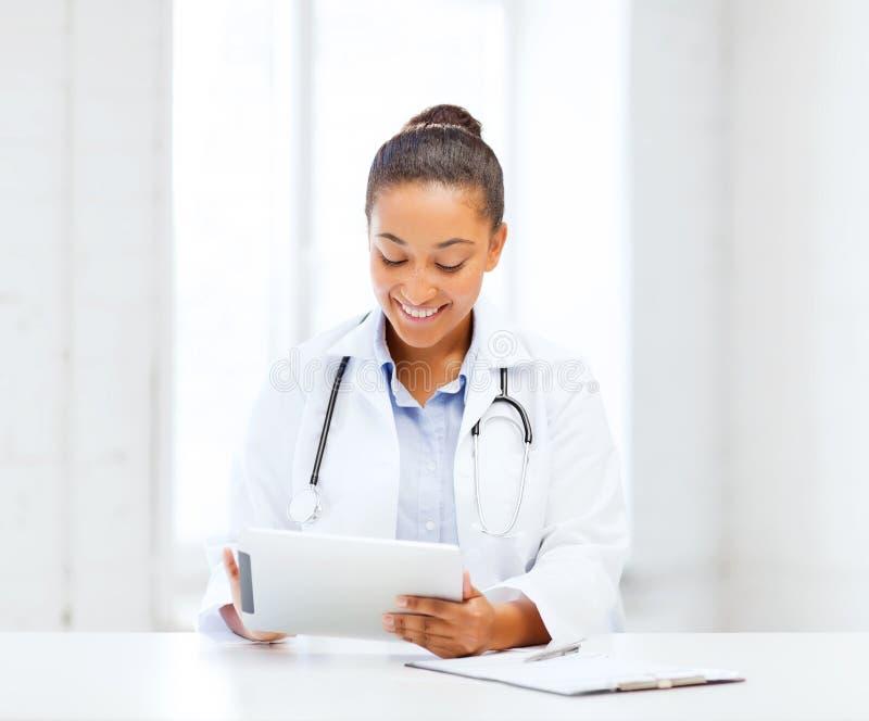Doctor de sexo femenino africano con PC de la tableta imagen de archivo libre de regalías