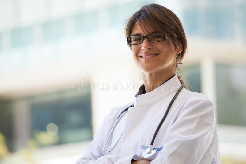 Doctor de sexo femenino amistoso imagenes de archivo