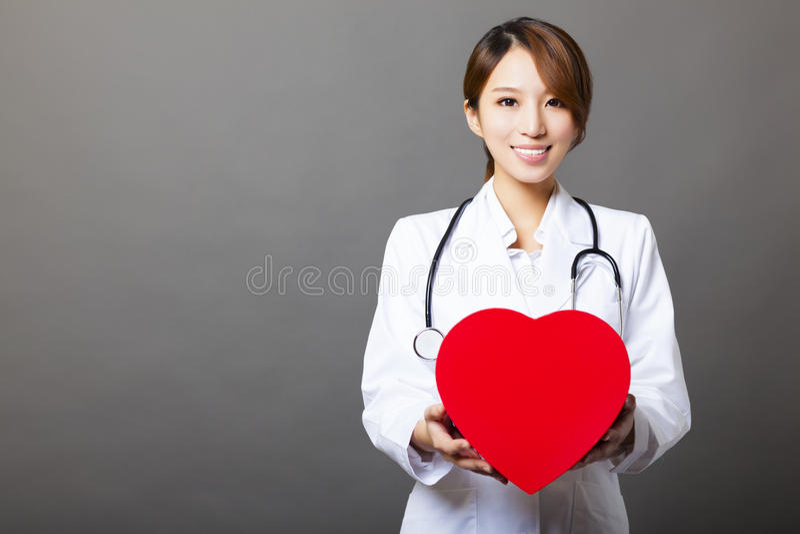 Doctor de sexo femenino asiático con el corazón fotos de archivo libres de regalías