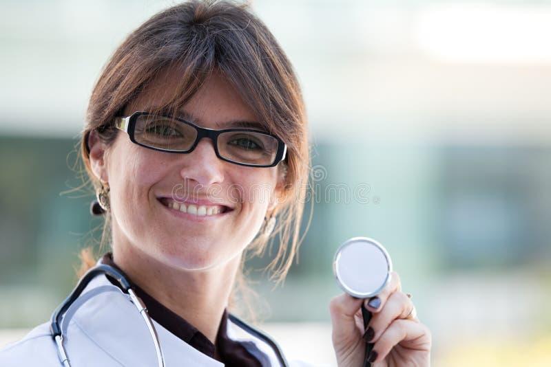 Doctor de sexo femenino cómodo fotos de archivo libres de regalías