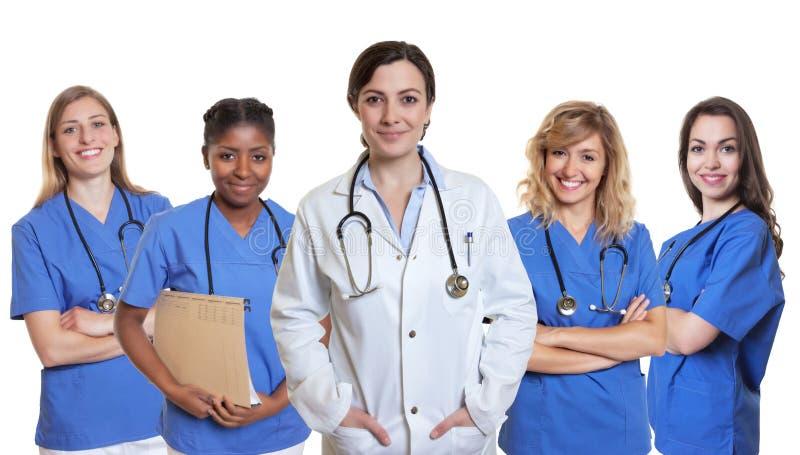 Doctor de sexo femenino caucásico sonriente con 4 enfermeras imagenes de archivo