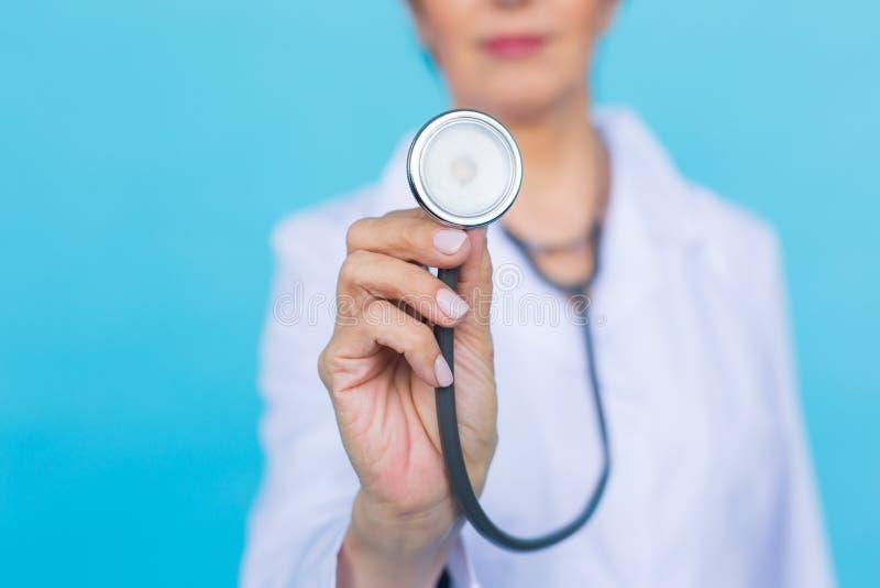 Doctor de sexo femenino con el estetoscopio, cierre para arriba fotos de archivo libres de regalías
