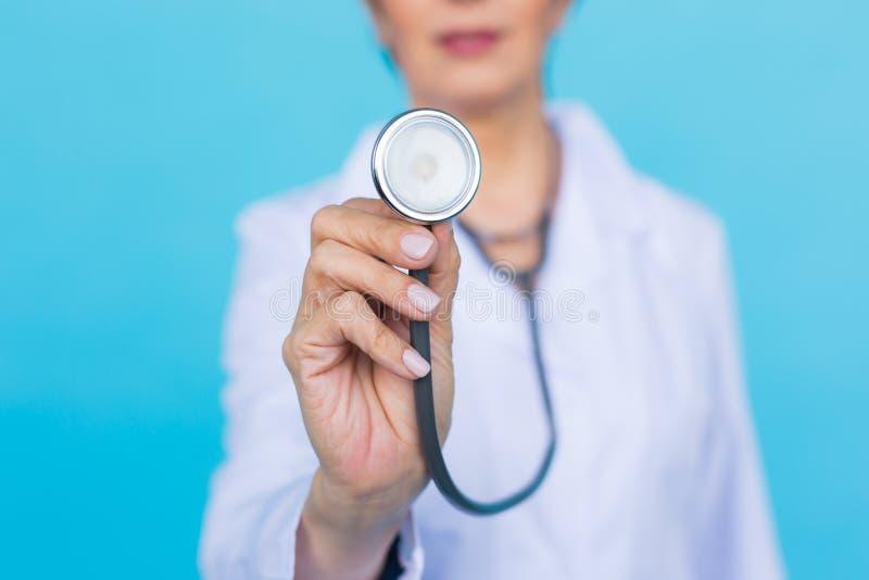 Doctor de sexo femenino con el estetoscopio, cierre para arriba foto de archivo
