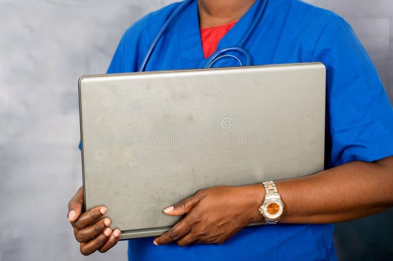 Doctor de sexo femenino con la computadora portátil fotos de archivo libres de regalías