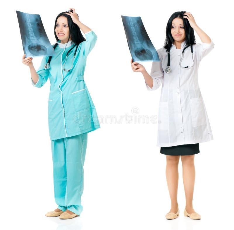 Doctor de sexo femenino con la imagen de la radiografía fotos de archivo libres de regalías