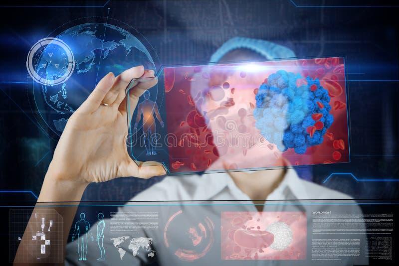 Doctor de sexo femenino con la tableta futurista de la pantalla del hud Bacterias, virus, microbio Concepto médico del futuro fotos de archivo