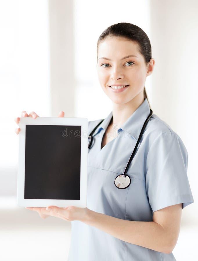 Doctor de sexo femenino con PC de la tableta foto de archivo