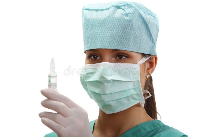 Doctor de sexo femenino con un frasco foto de archivo libre de regalías